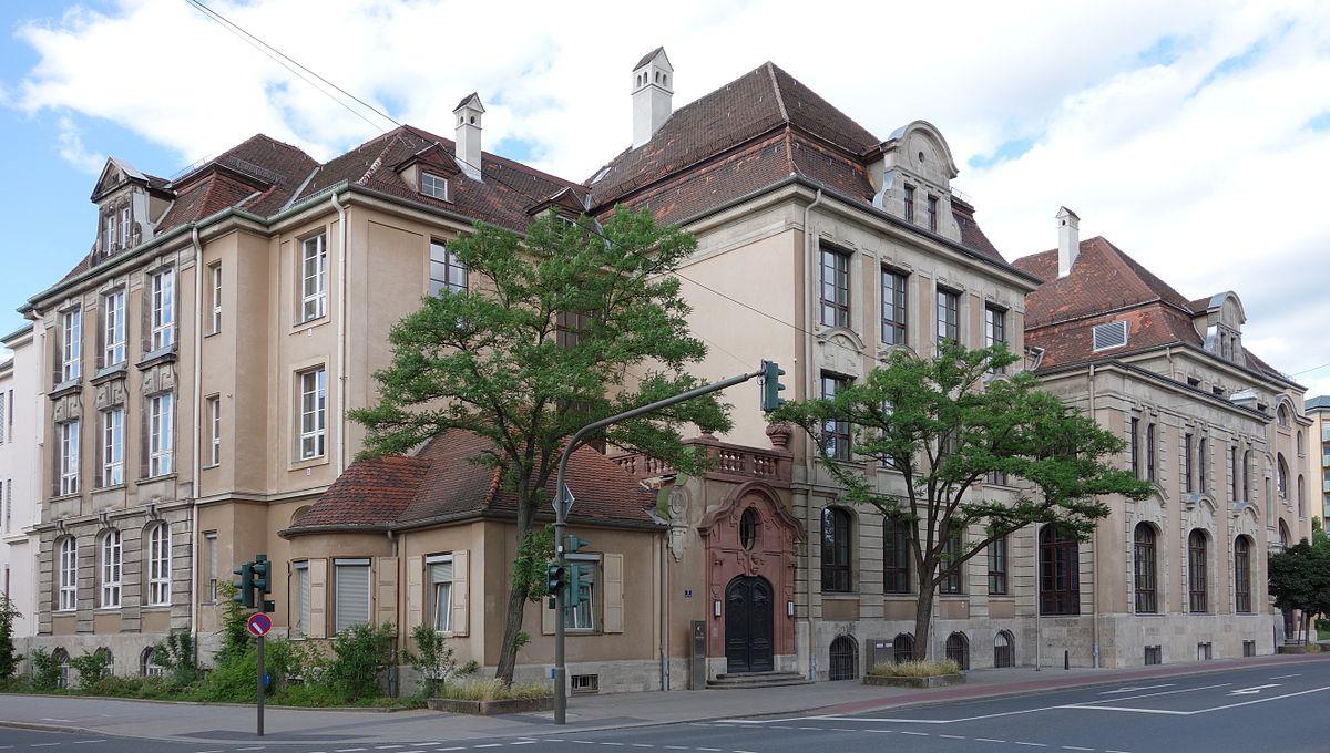 Außenansicht des Christian-Ernst-Gymnasiums Erlangen
