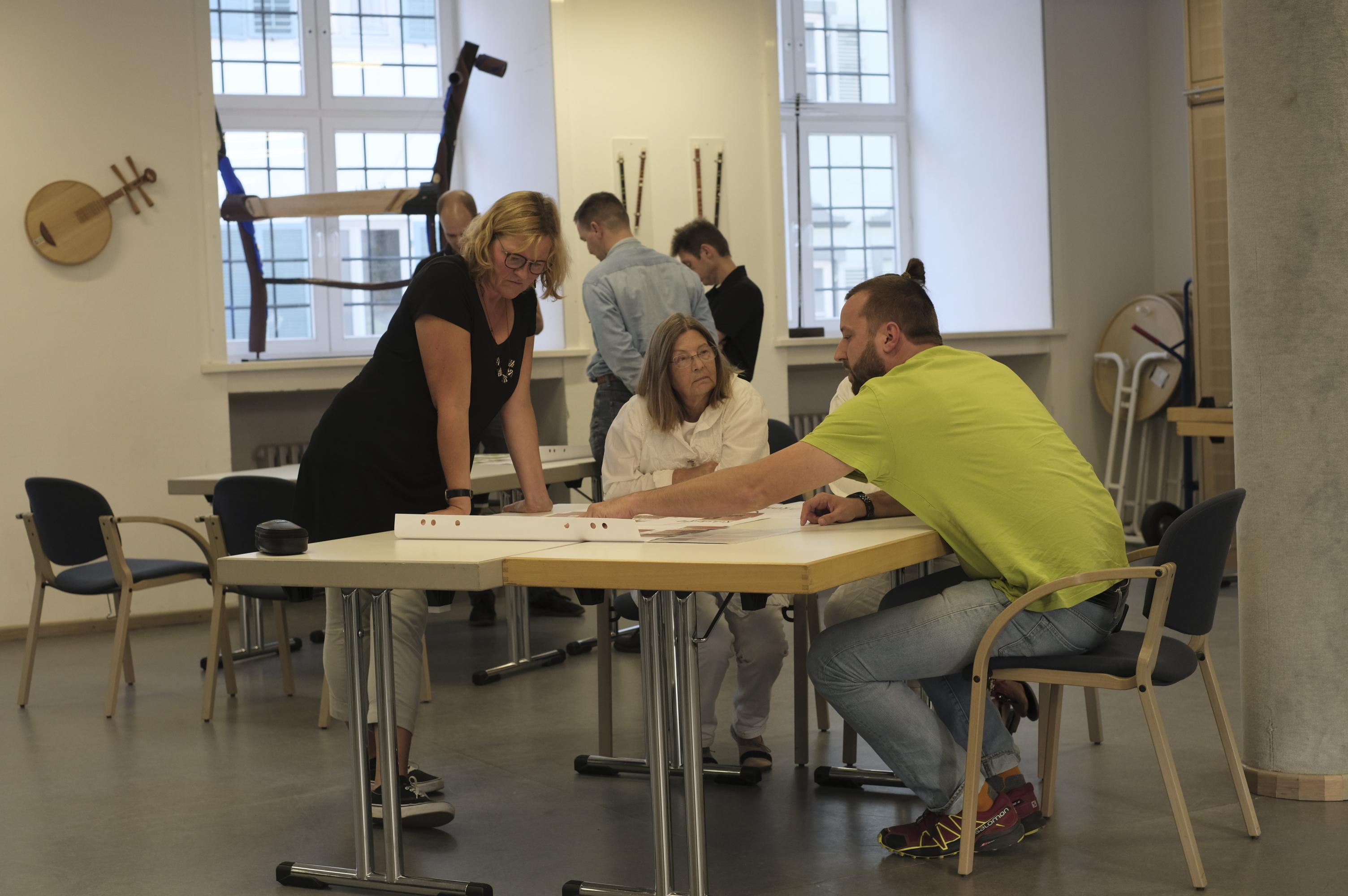 Teilnehmer*innen der Fortbildung beim Erproben von verschiedenen Aufgabenformaten